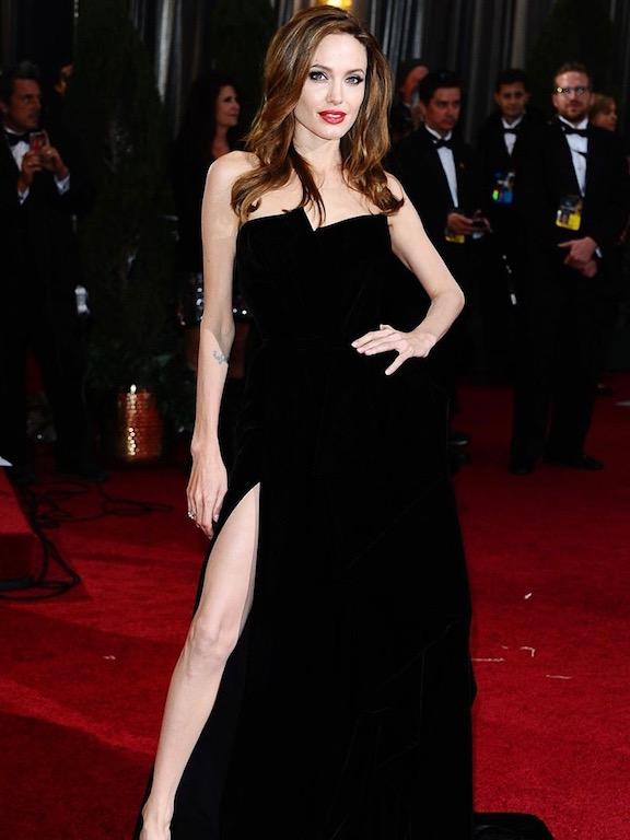 انجيلينا جولي في فستان أسود من فيرساتشي