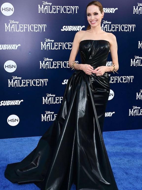 انجيلينا جولي في فستان أسود من الجلد