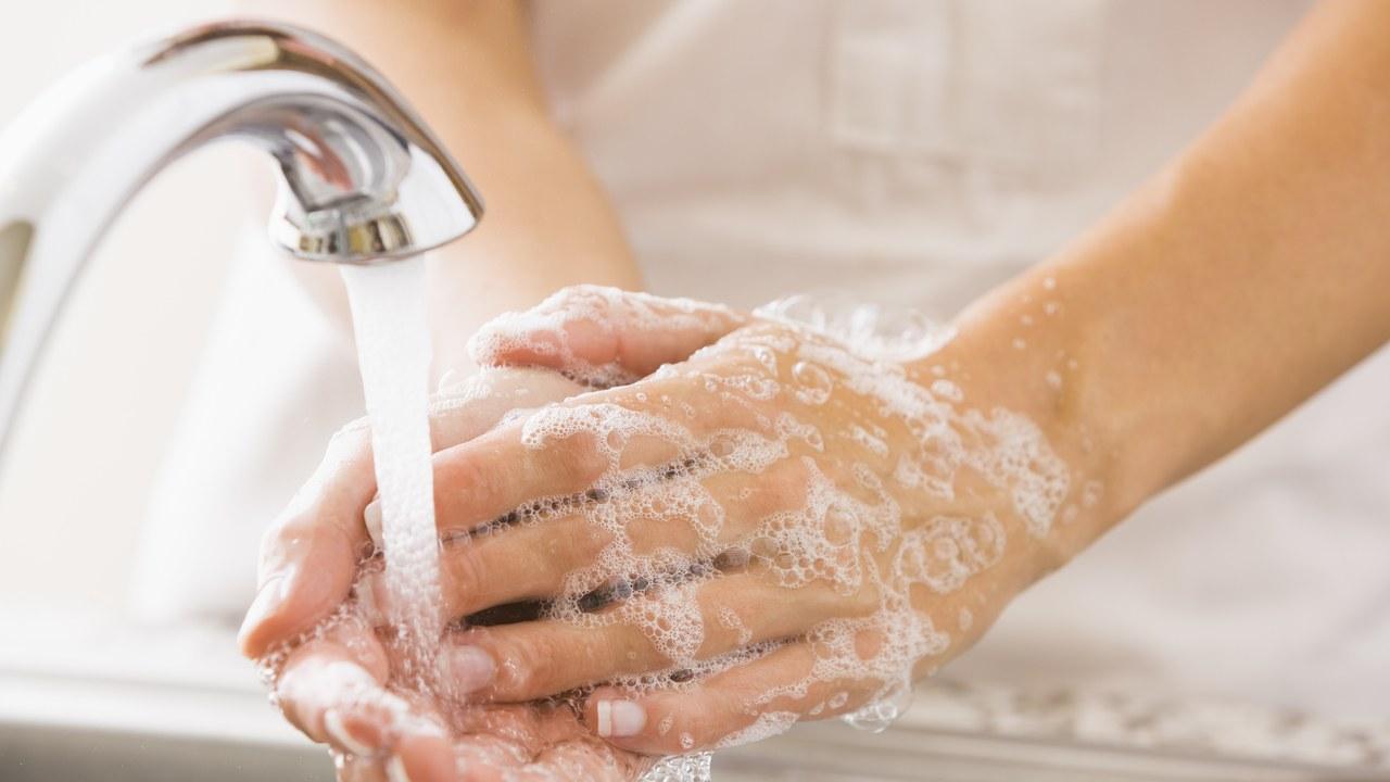 غسل الأظافر بعناية