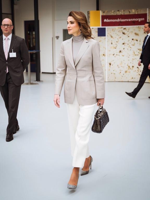 الملكة رانيا لوك راقي في البنطلون الأبيض