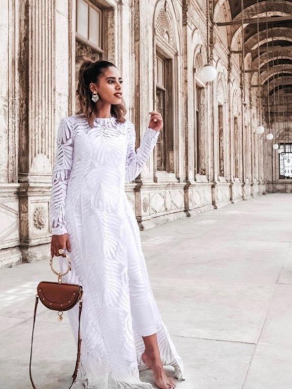 فستان أبيض تألقت به نادية حسن
