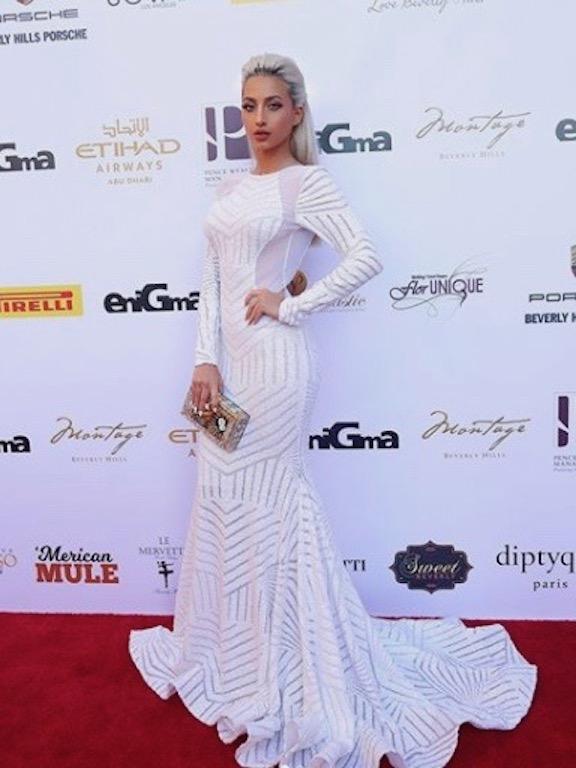 مودل روز في فستان أبيض