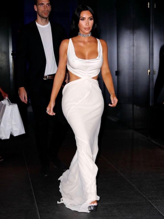 كيم كارداشيان في فستان من الحرير الأبيض