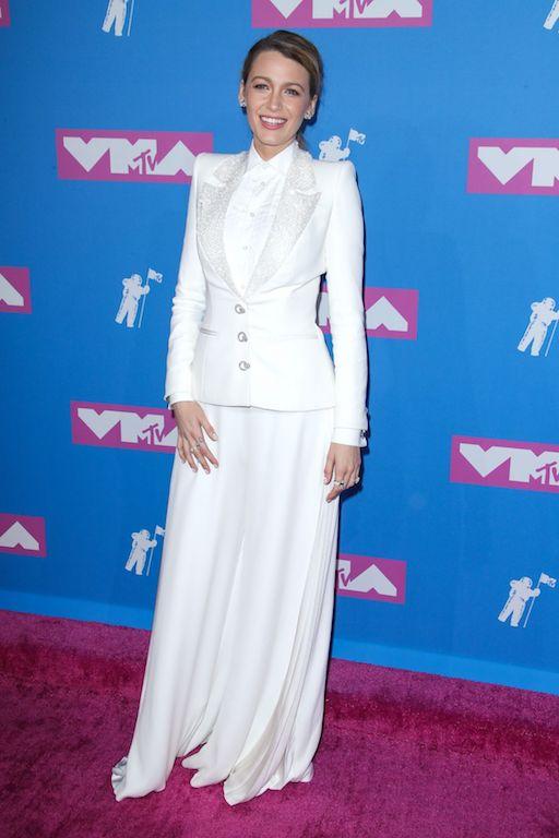 بلايك لايفلي في بدلة باللون الأبيض