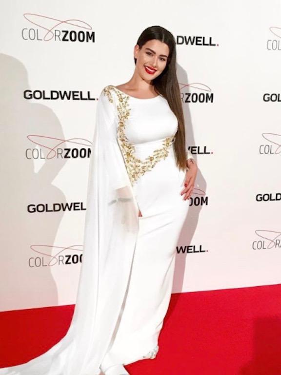 روان في فستان أبيض على السجادة الحمراء