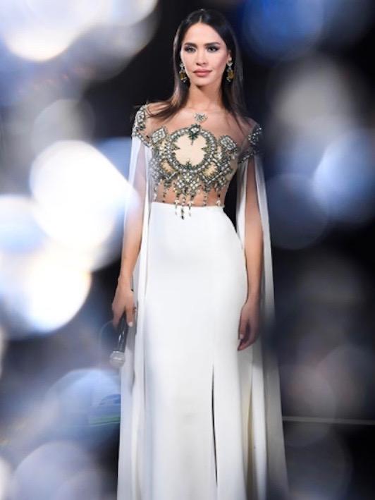 ليلى بن خليفة في فستان باللون الأبيض