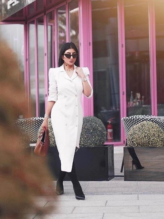 بثينة الرئيسي في لوك عصري في فستان باللون الأبيض