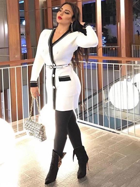 فستان أبيض قصير اختارته سهير القيسي