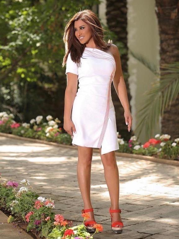 اطلالة صباحية في فستان أبيض قصير اعتمدتها نجوى كرم