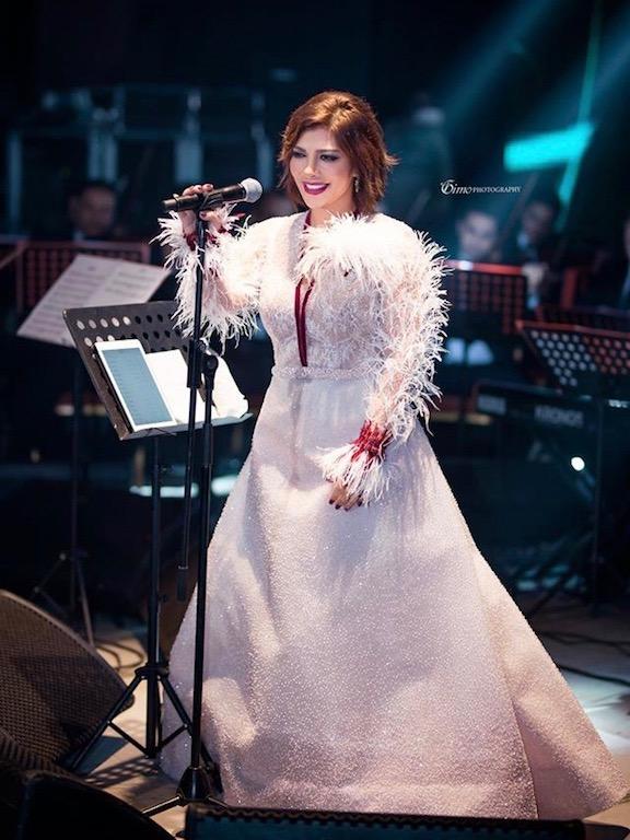 أصالة نصري في فستان أبيض مزين بالريش