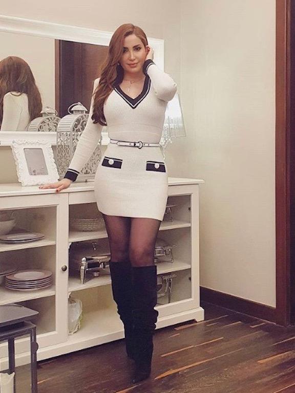 نسرين طافش في فستان قصير باللون الأبيض
