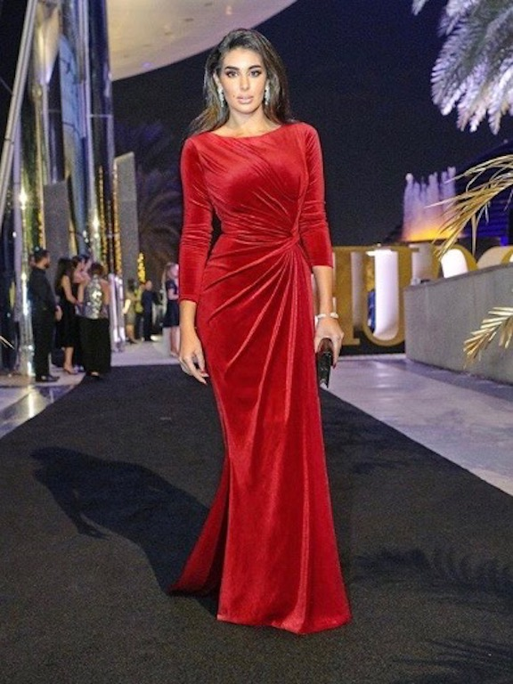 ياسمين صبري في فستان من المخمل الأحمر