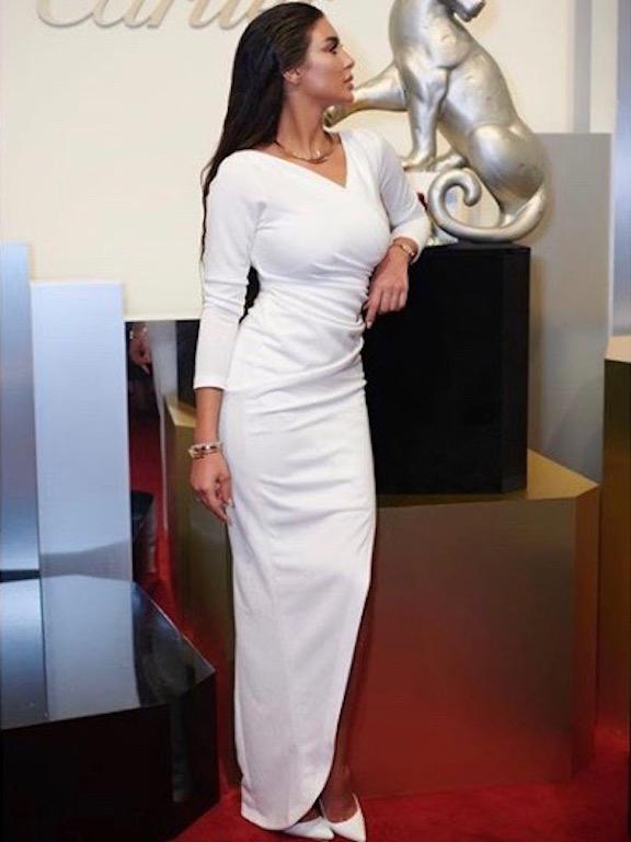 ياسمين صبري في فستان أبيض ناعم