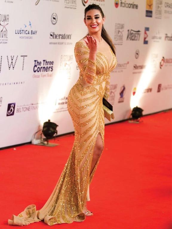 ياسمين صبري في فستان ذهبي برا