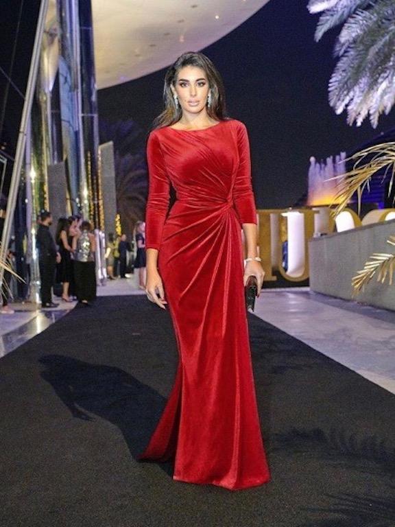 ياسمين صبري في فستان مخمل باللون الأحمر