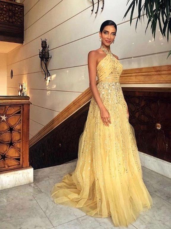 جيسيكا قهواتي في فستان سهرة باللون الأصفر