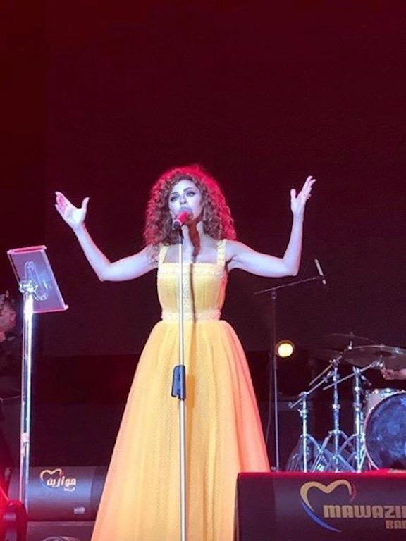 فستان باللون الأصفر تألقت به ميريام فارس على المسرح