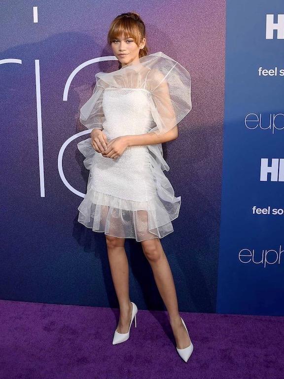 زيندايا بفستان باللون الأبيض من نينا ريتشي