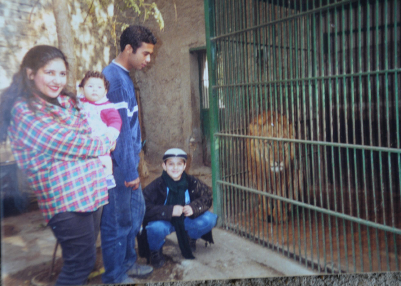 هيثم مع دينا فؤاد زوجة خاله وابنتها ورامي أمام بيت الأسد بحديقة الحيوانات