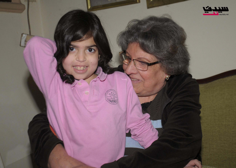 منى مع حفيدتها