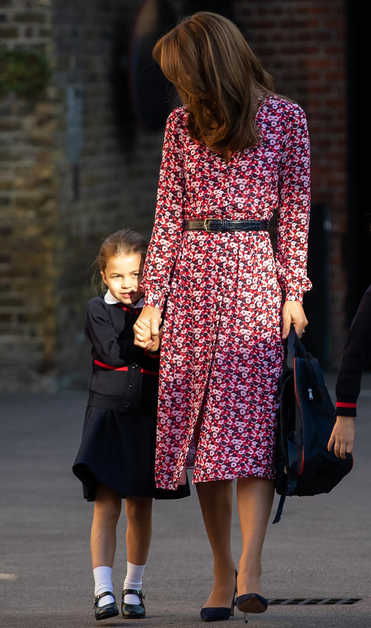 كايت ميدلتون توصل ابنتها للمدرسة وترتدي فستان ناعم معرق بالورود