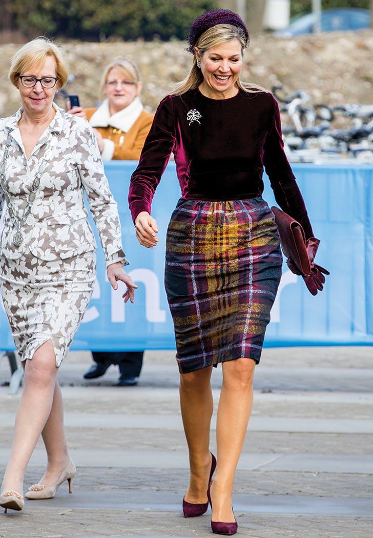 الملكة ماكسيما في فستان ميدي من المخمل
