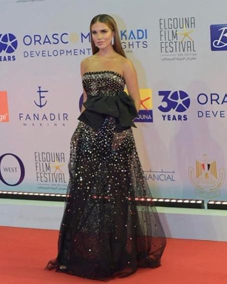 لارا اسكندر في فستان من ايلي صعب