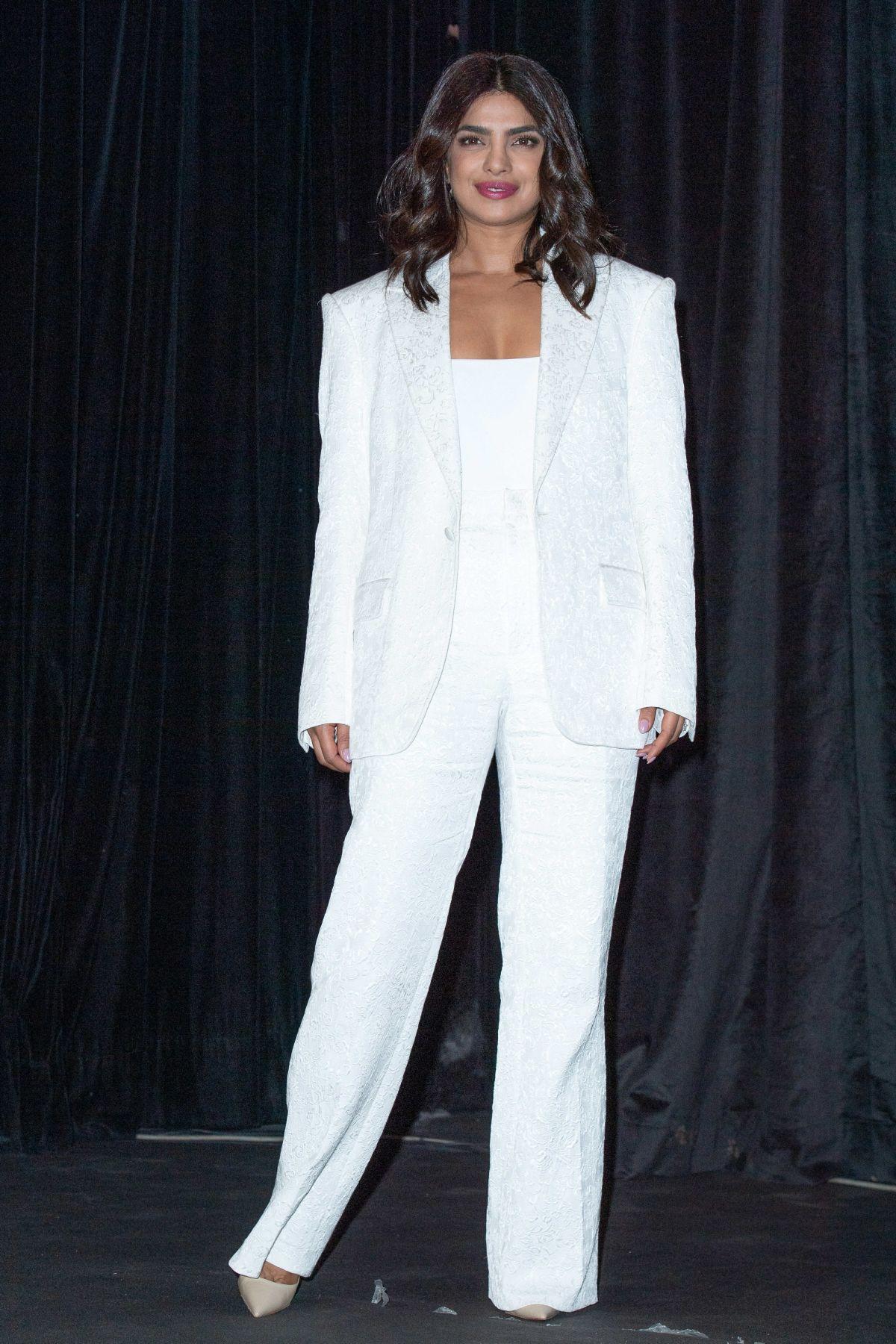 بدلة باللون الأبيض اختارتها بريانكا شوبرا في مراكش
