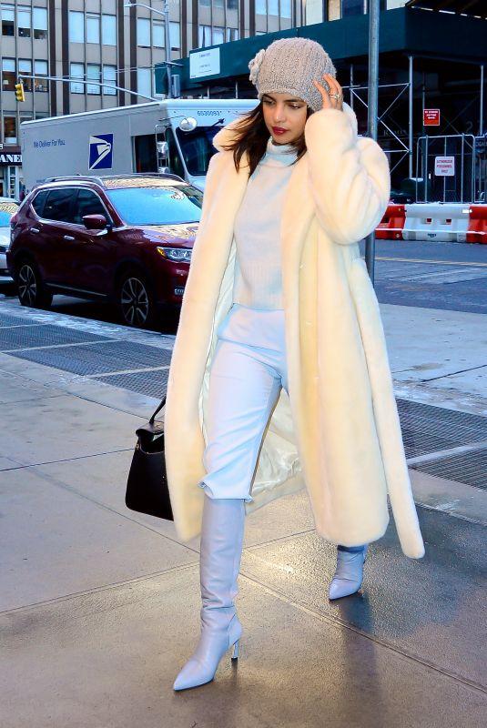 بريانكا شوبرا في اطلالة شتوية باللون الأبيض نسقتها في نيويورك