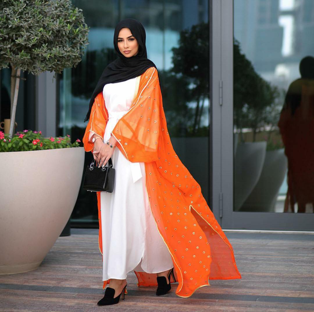 عباية برتقالية مع فستان أبيض