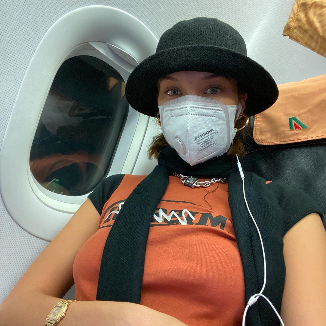 بيلا حديد تصل الى باريس وهي تضع الكمامة على وجهها