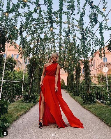 Caroline Daur بفستان باللون الأحمر