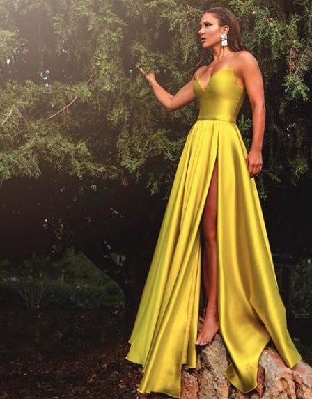 ديما قندلفت في فستان سهرة باللون الأصفر