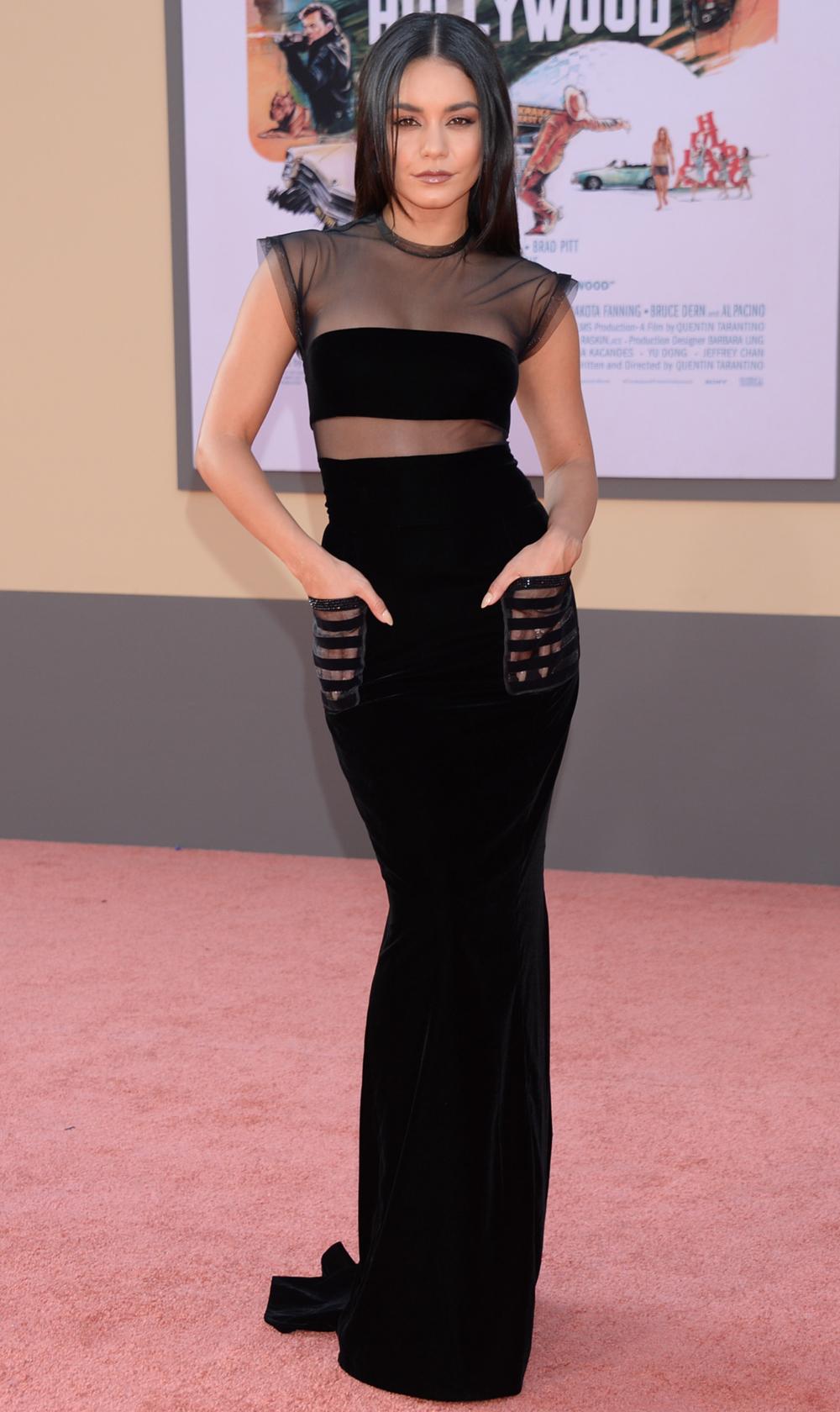 فانيسا هادجنز في فستان سهرة أسود من ارماني