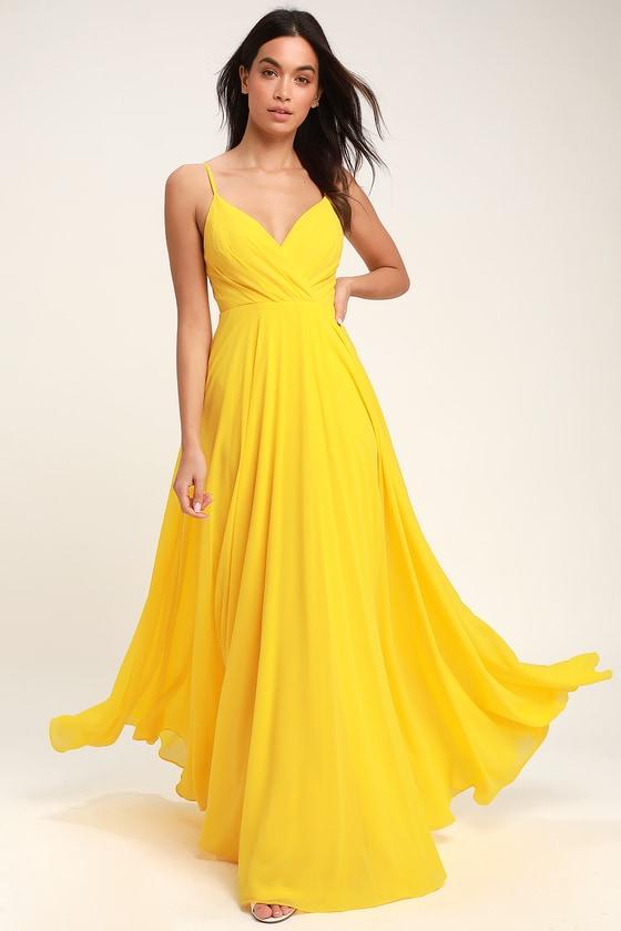 فستان باللون الأصفر