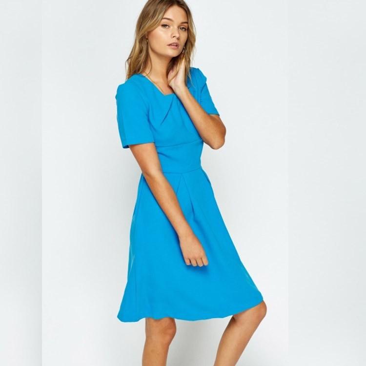 فستان باللون الأزرق