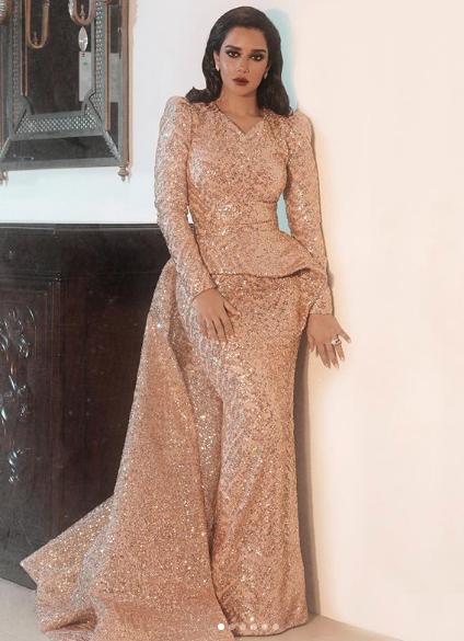 فستان براق بتصميم مميز اختارته بلقيس