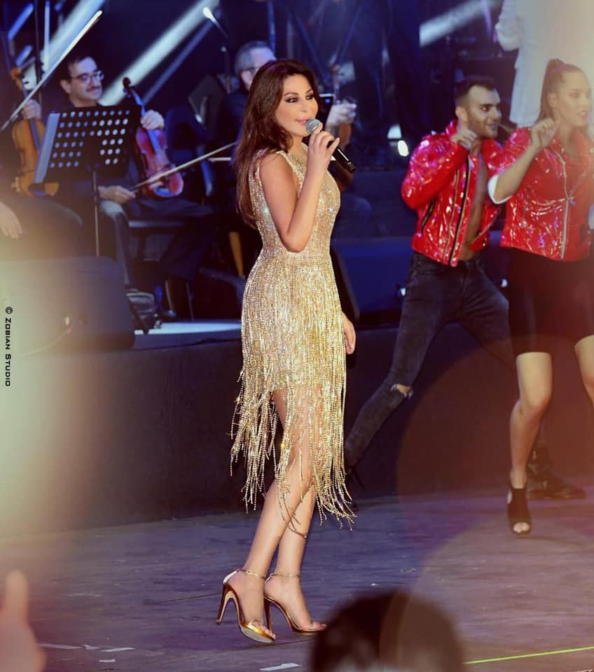 فستان براق مزين بالشراريب من لابورجوازي اختارته اليسا