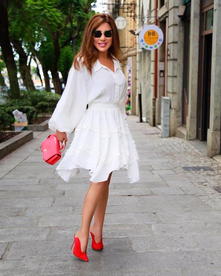 فستان أبيض ميدي نسقته نجوى كرم بطريقة أنثوية