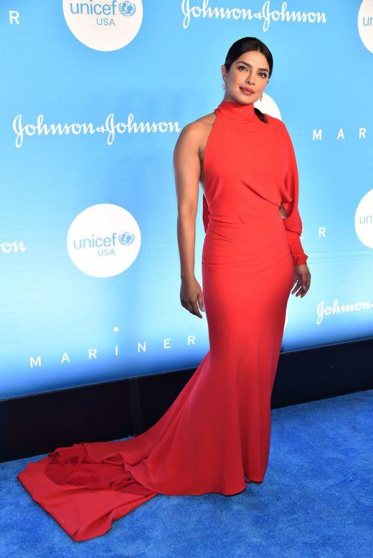 فستان أحمر تألقت به بريانكا شوبرا في نيويورك