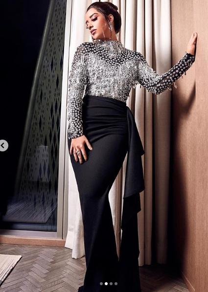 فستان مميز باللونين الأسود والفضي اختارته بلقيس فتحي