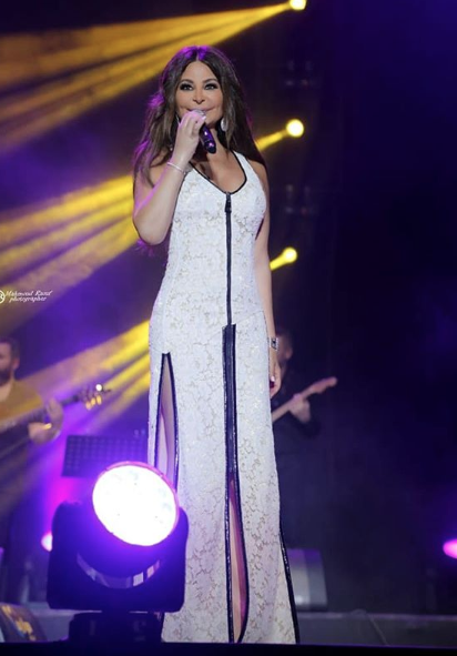 فستان من الدانتيل الأبيض اختارته اليسا على المسرح