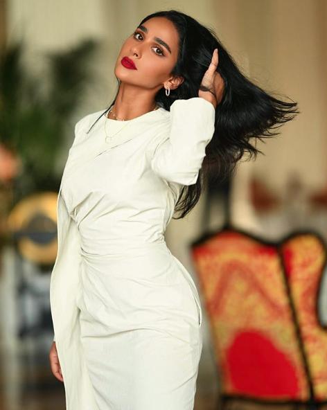 فستان ناعم أبيض اختارته هلا العبدالله