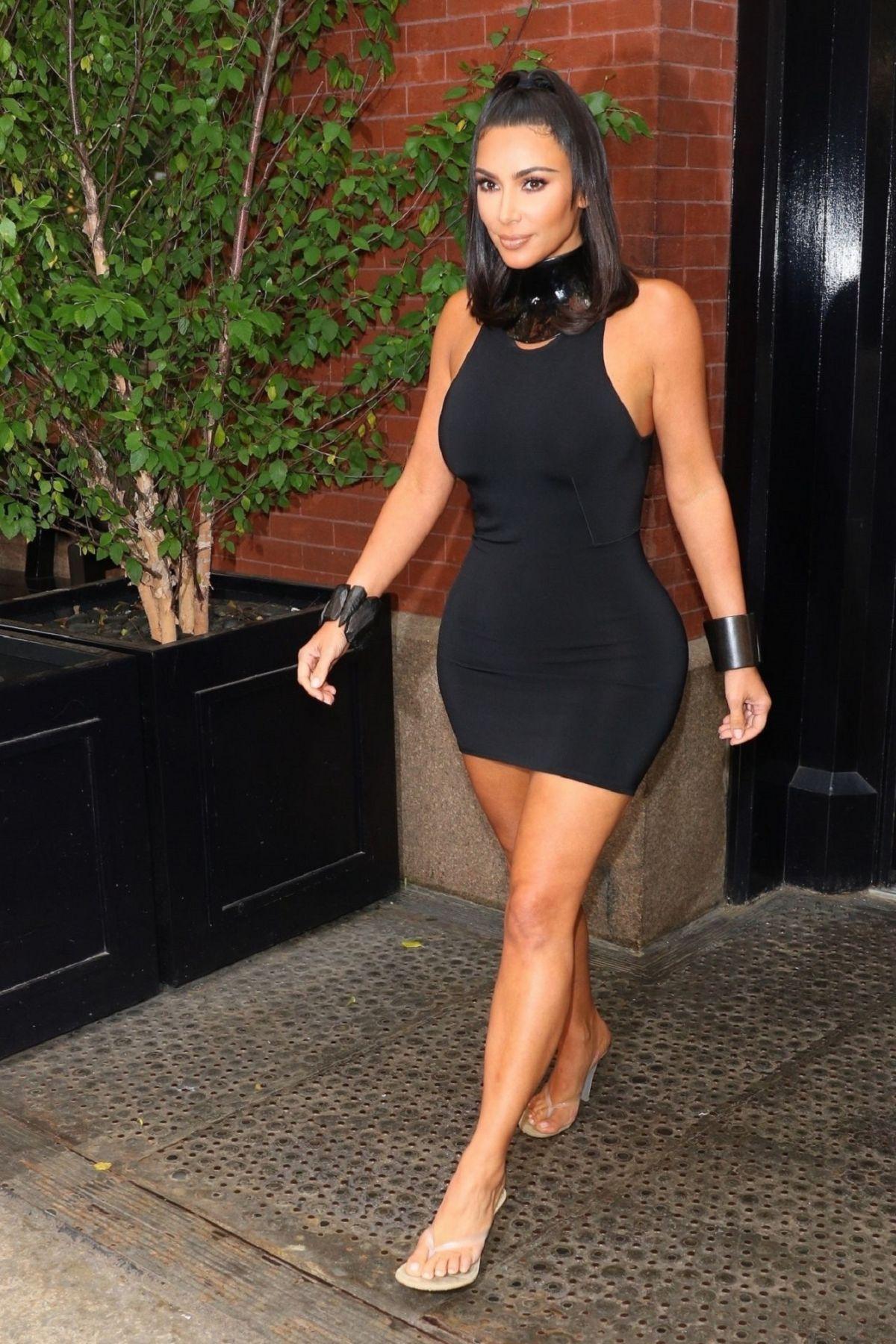 فستان قصير أسود اختارته كيم كارداشيان ونسقته بأسلوب عصري