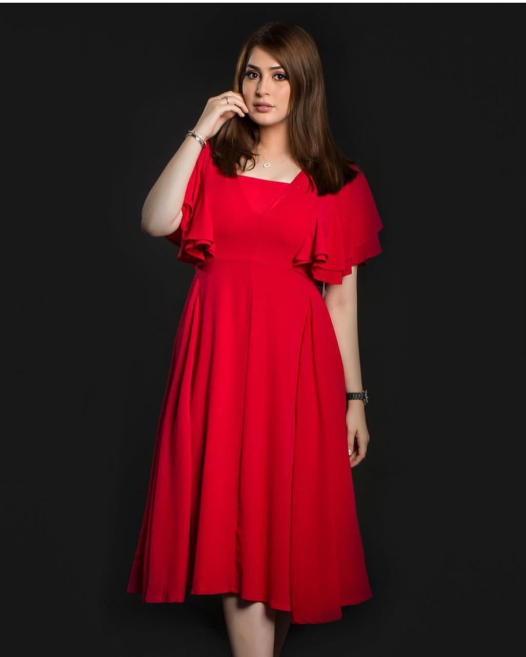 فستان صيفي باللون الأحمر