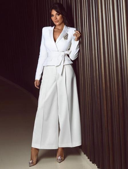 بدلة باللون الأبيض تألقت بها نادين نجيم