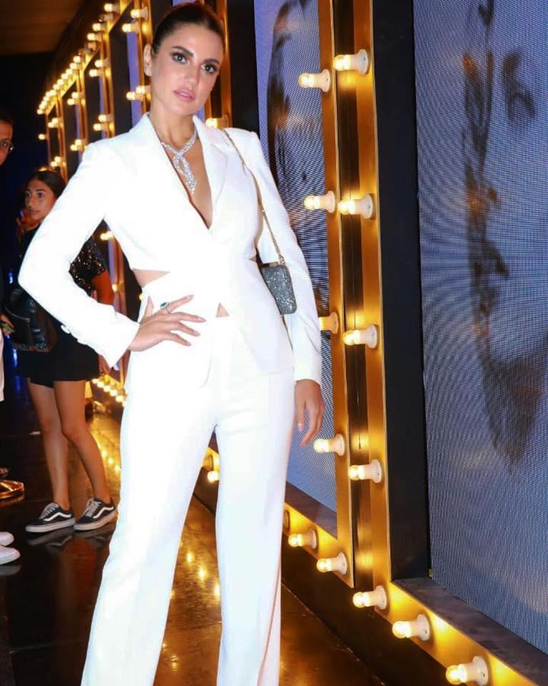 بدلة بيضاء بتصميم شبابي اختارتها درة زروق