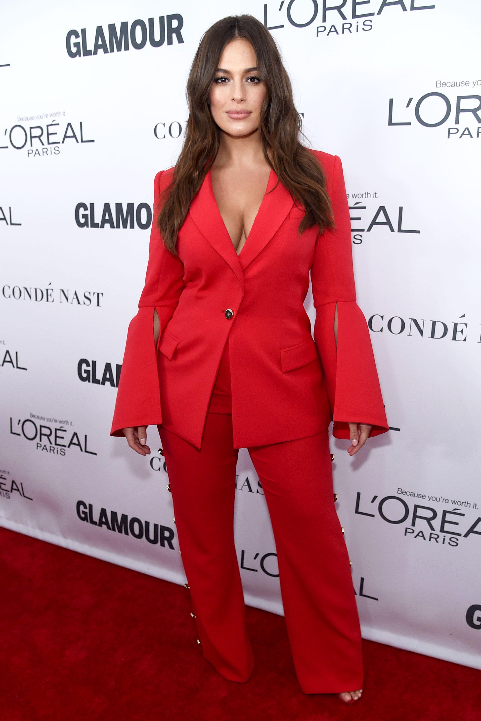 بدلة رسمية باللون الأحمر تألقت بها آشلي غراهام