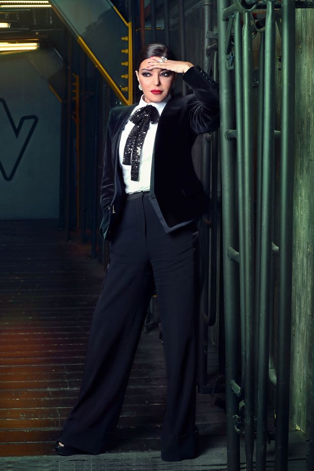 بدلة رسمية باللون الأسود تألقت بها سميرة سعيد