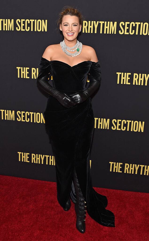 بلايك لايفلي في فستان مخمل أسود نسقته بطريقة مبتكرة